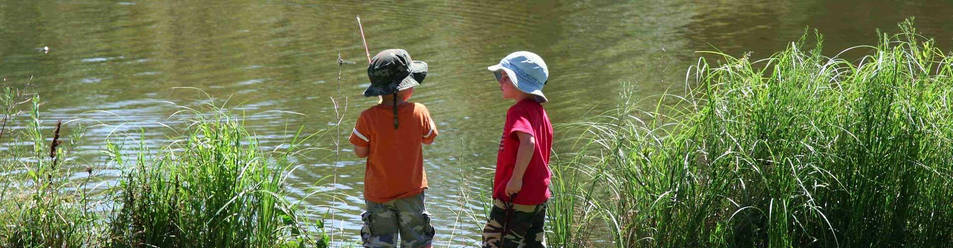 2 kleine kinderen aan het vissen